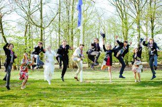 Bruidspaar en getuigen springen in de lucht