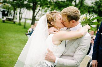 Het bruidspaar kust